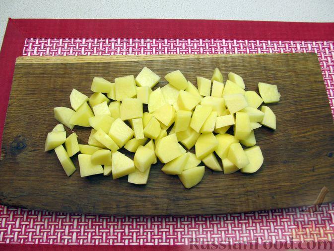 Фото приготовления рецепта: Щи с консервированной рыбой и томатной пастой - шаг №3