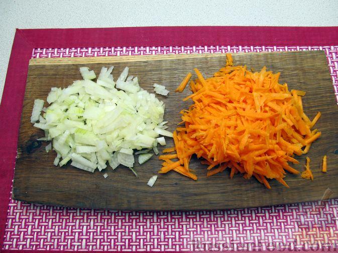 Фото приготовления рецепта: Щи с консервированной рыбой и томатной пастой - шаг №7