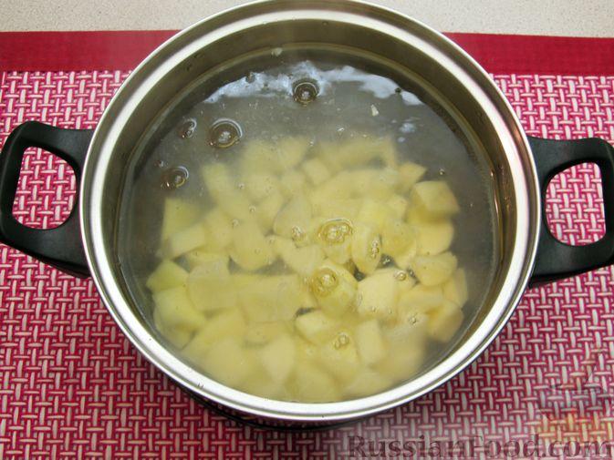 Фото приготовления рецепта: Щи с консервированной рыбой и томатной пастой - шаг №4