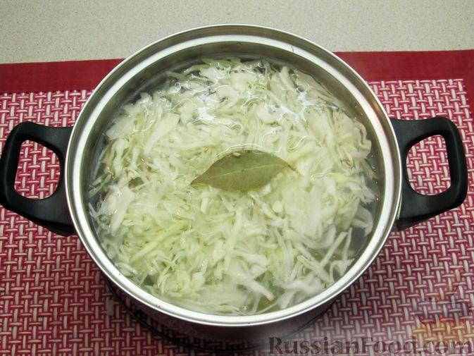 Фото приготовления рецепта: Щи с консервированной рыбой и томатной пастой - шаг №5