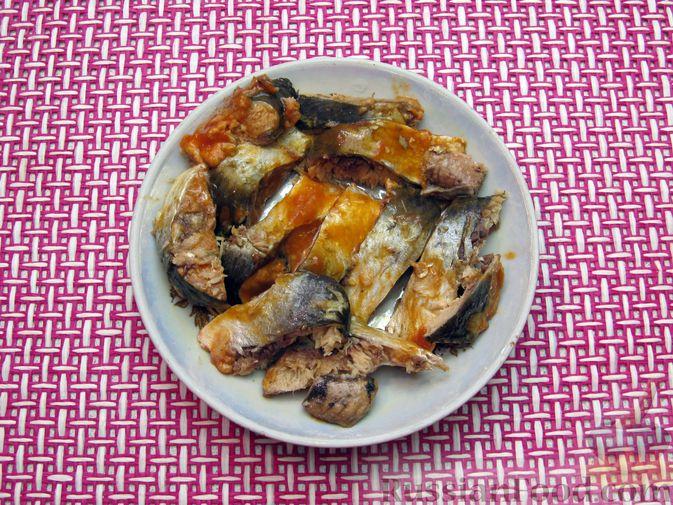Фото приготовления рецепта: Щи с консервированной рыбой и томатной пастой - шаг №13