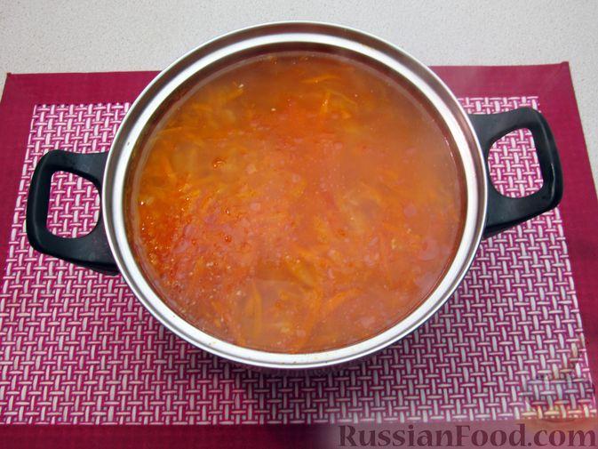 Фото приготовления рецепта: Щи с консервированной рыбой и томатной пастой - шаг №12