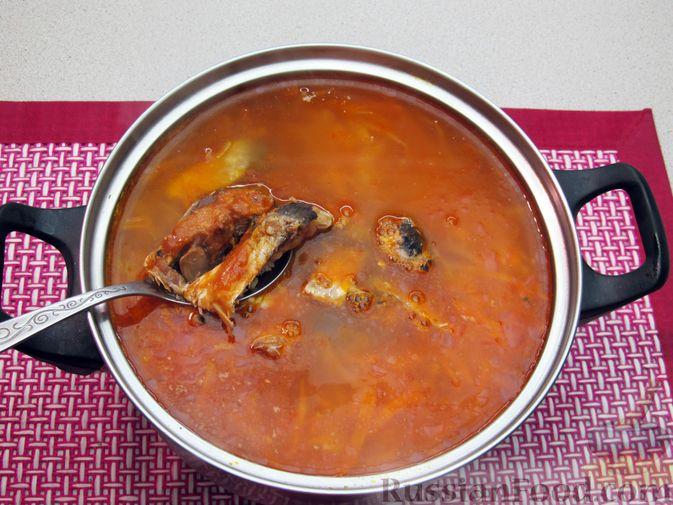 Фото приготовления рецепта: Щи с консервированной рыбой и томатной пастой - шаг №14