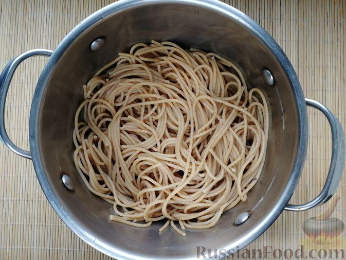 Фото приготовления рецепта: Фриттата с макаронами, сыром и копчёностями - шаг №1
