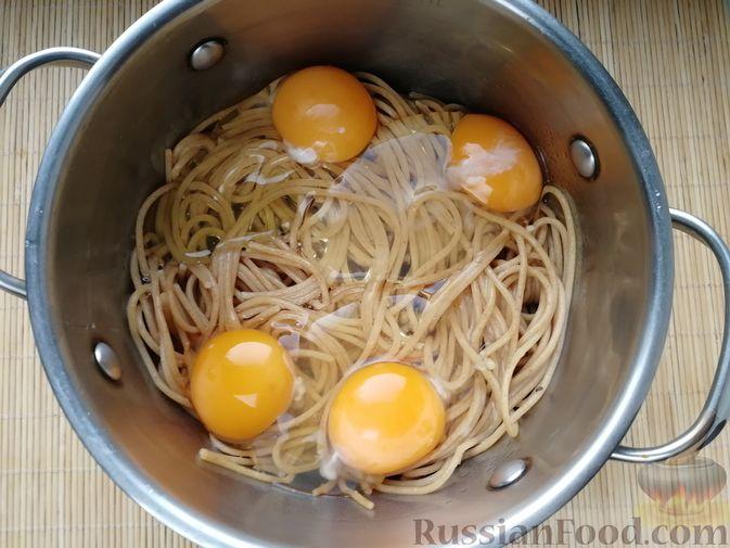 Фото приготовления рецепта: Фриттата с макаронами, сыром и копчёностями - шаг №4