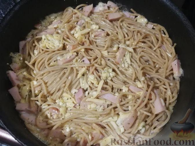 Фото приготовления рецепта: Фриттата с макаронами, сыром и копчёностями - шаг №7