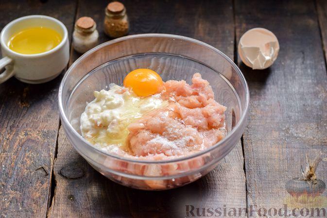Фото приготовления рецепта: Котлеты из индейки с плавленым сыром и чесноком - шаг №4