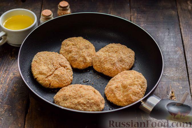 Фото приготовления рецепта: Котлеты из индейки с плавленым сыром и чесноком - шаг №7