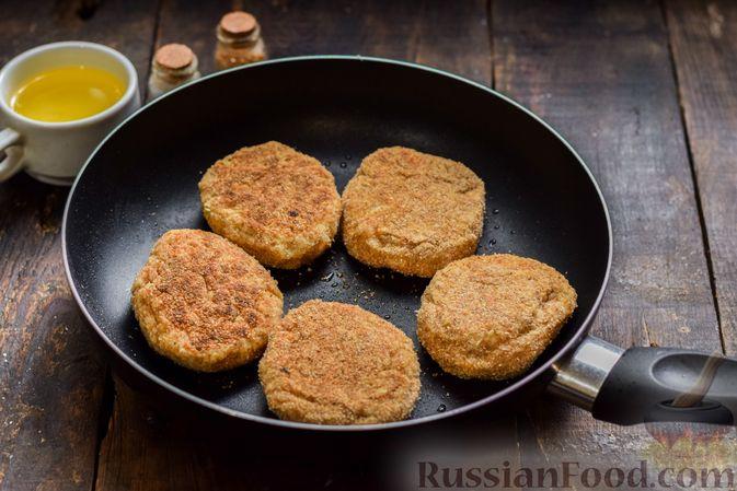Фото приготовления рецепта: Котлеты из индейки с плавленым сыром и чесноком - шаг №8
