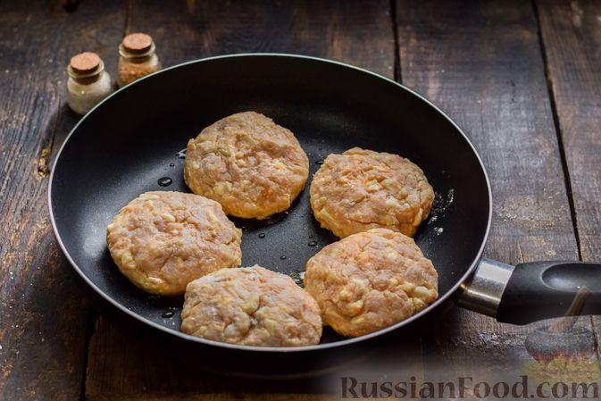 Фото приготовления рецепта: Мясные котлеты с тыквой и плавленым сыром - шаг №11
