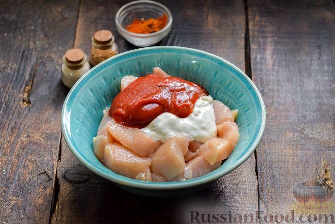 Фото приготовления рецепта: Курица в майонезно-томатном соусе, в микроволновке - шаг №3