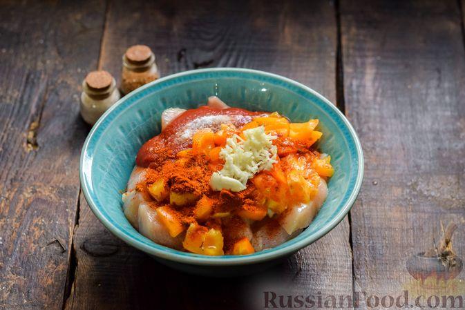 Фото приготовления рецепта: Курица в майонезно-томатном соусе, в микроволновке - шаг №5