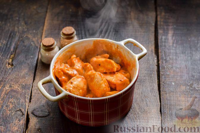 Фото приготовления рецепта: Курица в майонезно-томатном соусе, в микроволновке - шаг №10