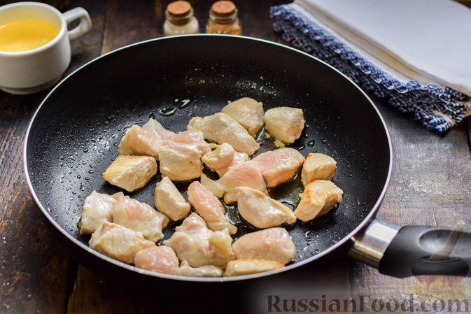 Фото приготовления рецепта: Жареная картошка с курицей и луком - шаг №3
