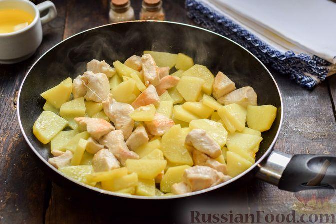 Фото приготовления рецепта: Жареная картошка с курицей и луком - шаг №6