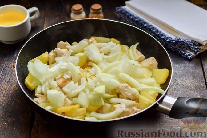 Фото приготовления рецепта: Жареная картошка с курицей и луком - шаг №8