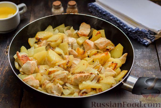 Фото приготовления рецепта: Жареная картошка с курицей и луком - шаг №9