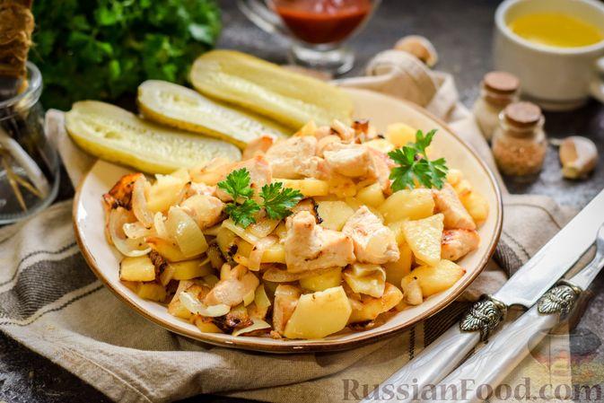 Фото приготовления рецепта: Жареная картошка с курицей и луком - шаг №10