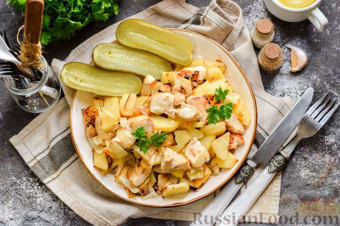 Фото приготовления рецепта: Жареная картошка с курицей и луком - шаг №11