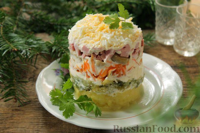 Фото к рецепту: Слоёный салат с колбасой, картофелем, морковью, солёными огурцами и грибами