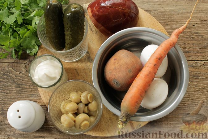 Фото приготовления рецепта: Слоёный салат с колбасой, картофелем, морковью, солёными огурцами и грибами - шаг №1