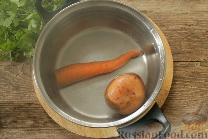 Фото приготовления рецепта: Слоёный салат с колбасой, картофелем, морковью, солёными огурцами и грибами - шаг №2