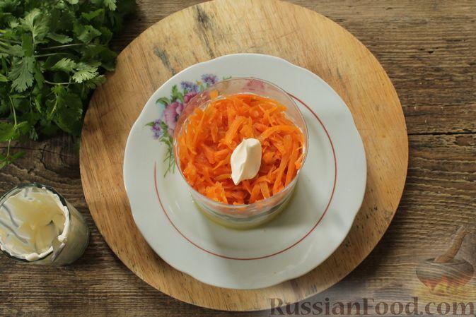 Фото приготовления рецепта: Слоёный салат с колбасой, картофелем, морковью, солёными огурцами и грибами - шаг №5