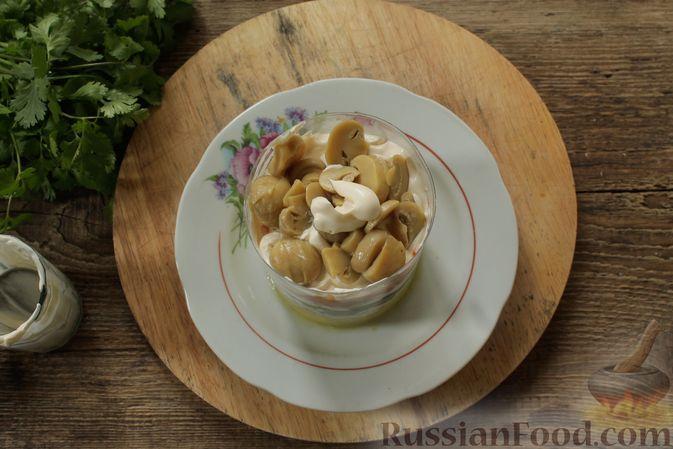 Фото приготовления рецепта: Слоёный салат с колбасой, картофелем, морковью, солёными огурцами и грибами - шаг №6