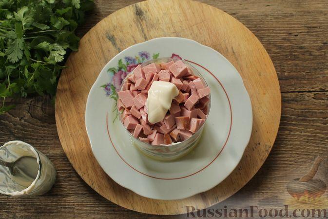 Фото приготовления рецепта: Слоёный салат с колбасой, картофелем, морковью, солёными огурцами и грибами - шаг №7