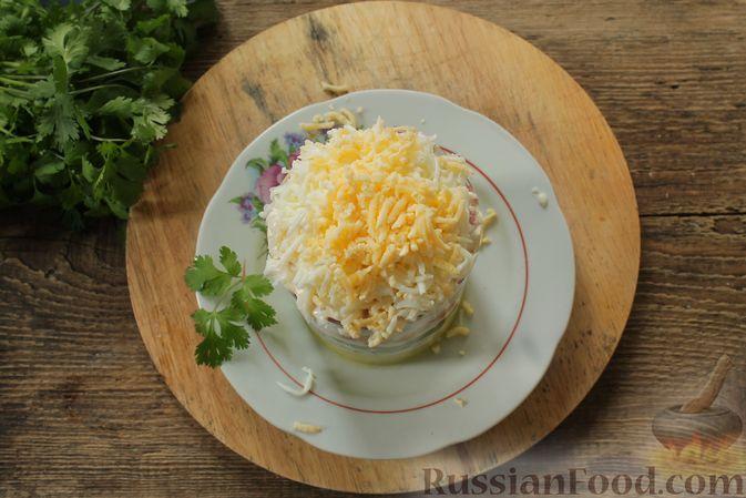 Фото приготовления рецепта: Слоёный салат с колбасой, картофелем, морковью, солёными огурцами и грибами - шаг №8