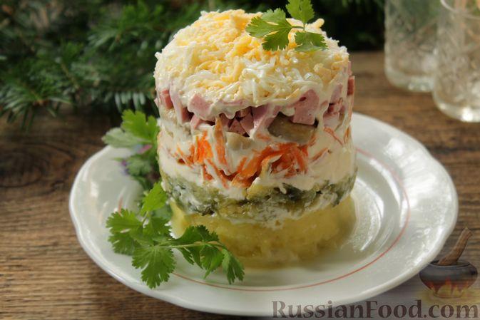 Фото приготовления рецепта: Слоёный салат с колбасой, картофелем, морковью, солёными огурцами и грибами - шаг №9