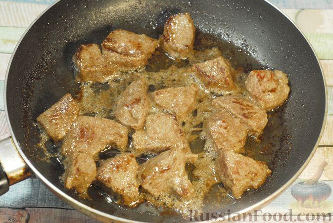 Фото приготовления рецепта: Говядина, тушенная в красном вине, с тыквой и черносливом (в духовке) - шаг №3