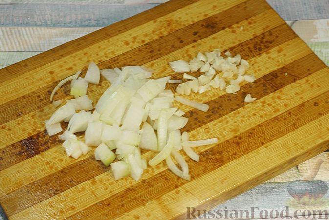 Фото приготовления рецепта: Говядина, тушенная в красном вине, с тыквой и черносливом (в духовке) - шаг №4
