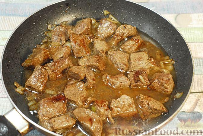 Фото приготовления рецепта: Говядина, тушенная в красном вине, с тыквой и черносливом (в духовке) - шаг №7