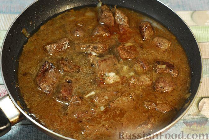 Фото приготовления рецепта: Говядина, тушенная в красном вине, с тыквой и черносливом (в духовке) - шаг №8