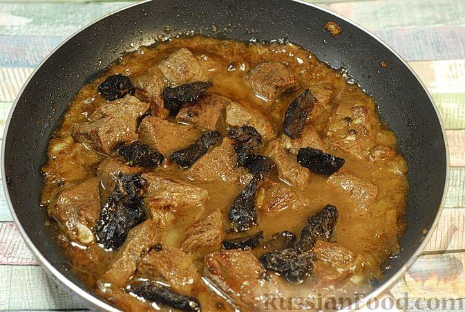 Фото приготовления рецепта: Говядина, тушенная в красном вине, с тыквой и черносливом (в духовке) - шаг №10