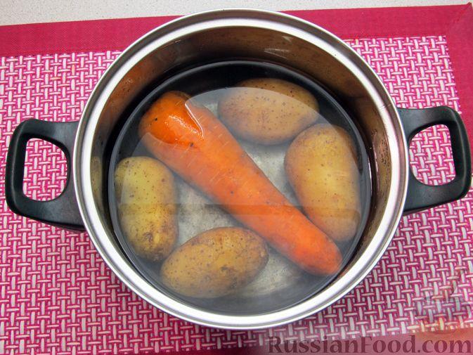 Фото приготовления рецепта: Винегрет с селёдкой, солёными огурцами и зелёным горошком - шаг №2