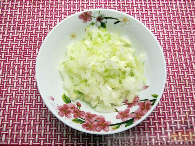 Фото приготовления рецепта: Винегрет с селёдкой, солёными огурцами и зелёным горошком - шаг №4