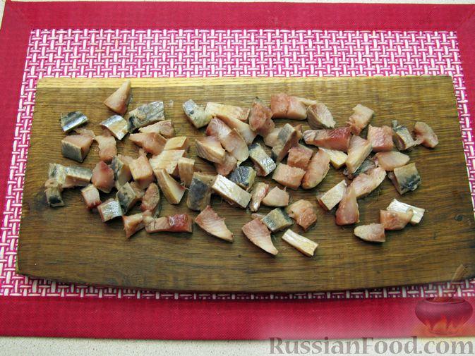 Фото приготовления рецепта: Винегрет с селёдкой, солёными огурцами и зелёным горошком - шаг №7