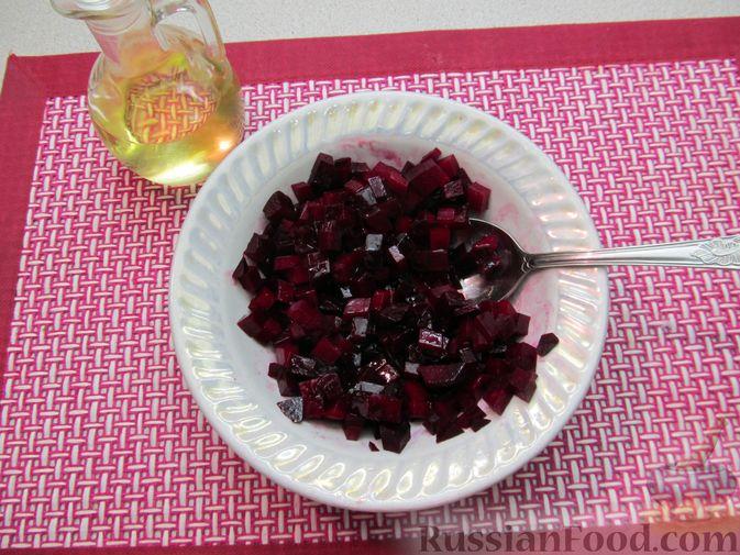 Фото приготовления рецепта: Винегрет с селёдкой, солёными огурцами и зелёным горошком - шаг №11