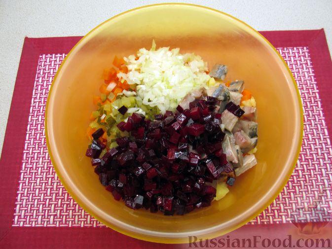 Фото приготовления рецепта: Винегрет с селёдкой, солёными огурцами и зелёным горошком - шаг №12