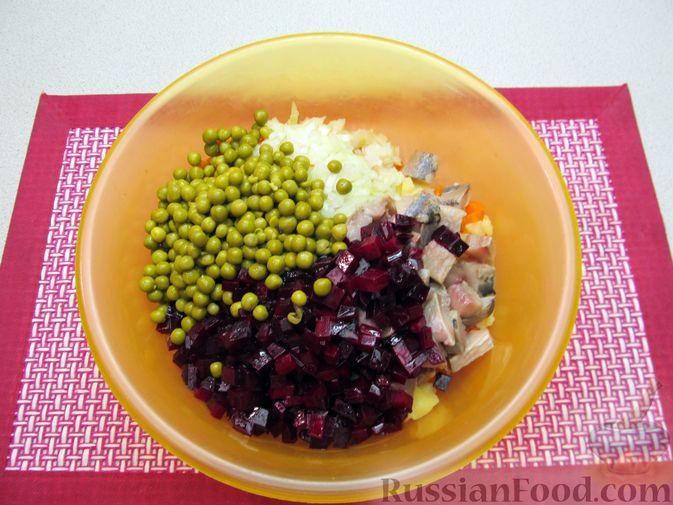 Фото приготовления рецепта: Винегрет с селёдкой, солёными огурцами и зелёным горошком - шаг №13