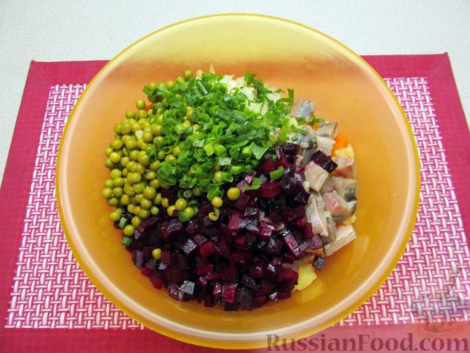Фото приготовления рецепта: Винегрет с селёдкой, солёными огурцами и зелёным горошком - шаг №14