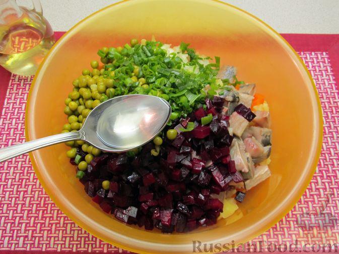 Фото приготовления рецепта: Винегрет с селёдкой, солёными огурцами и зелёным горошком - шаг №15