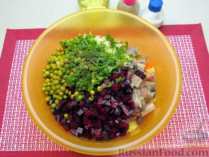 Фото приготовления рецепта: Винегрет с селёдкой, солёными огурцами и зелёным горошком - шаг №16
