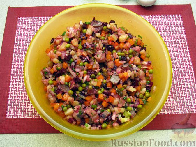 Фото приготовления рецепта: Винегрет с селёдкой, солёными огурцами и зелёным горошком - шаг №17