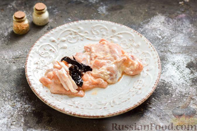 Фото приготовления рецепта: Рулеты из куриных бёдрышек с беконом и черносливом - шаг №7
