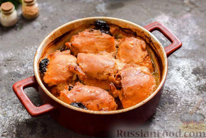 Фото приготовления рецепта: Рулеты из куриных бёдрышек с беконом и черносливом - шаг №10