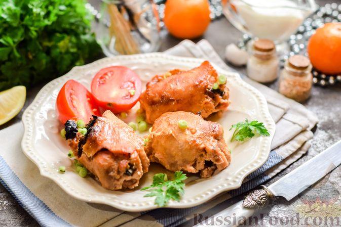 Фото приготовления рецепта: Рулеты из куриных бёдрышек с беконом и черносливом - шаг №11