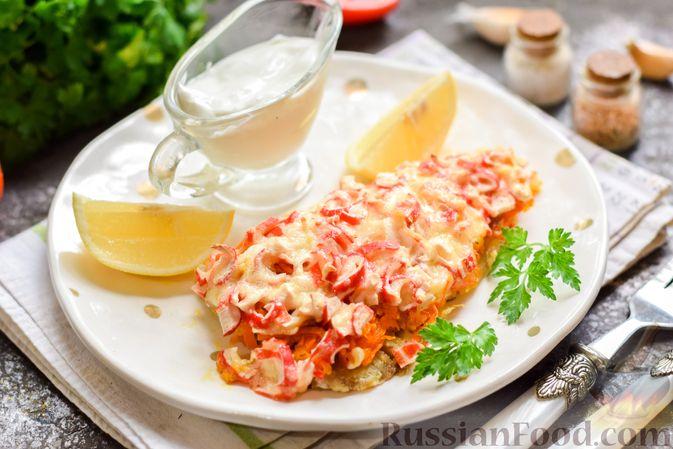 """Фото к рецепту: Минтай, запечённый под """"шубкой"""" из крабовых палочек, моркови и сыра"""